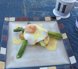 An english muffin, fresh picked asparagus spears, an egg and fresh made hollandaise. The garnish is a bit of paprika. the taste...you have no idea.